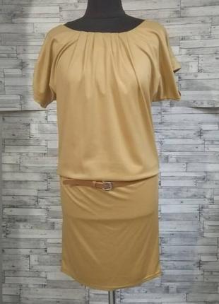 Песочное трикотажное платье с напуском