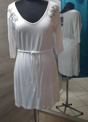 Белое трикотажное пляжное платье