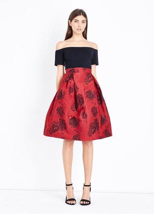 Короткое приталенное платье с открытыми плечами и принтом 14 р