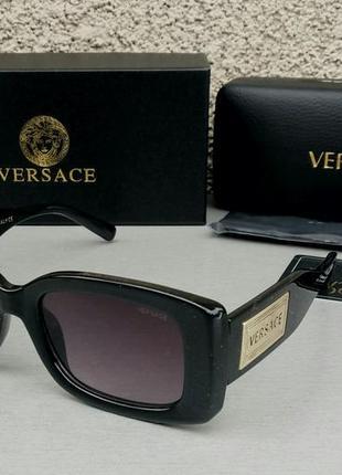 Versace стильные женские солнцезащитные очки черные с золотым логотипом