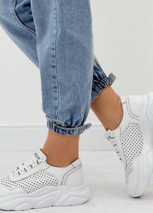 Кроссовки из натуральной перфорированной белой кожи