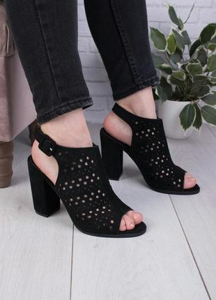 Чёрные босоножки на каблуках