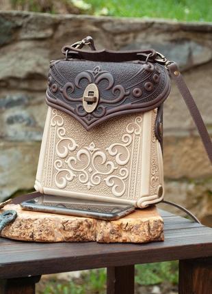 Кожаная сумочка-рюкзак женская с орнаментом тиснение бохо стиль бежевая с коричневым