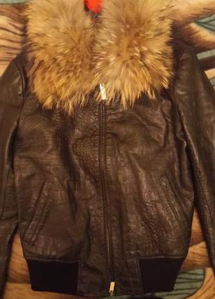 Обалденная кожаная куртка с воротником из енота