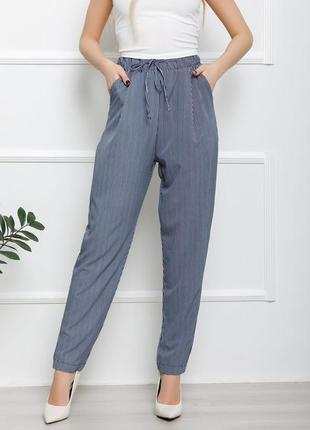 Сине-белые полосатые брюки бананы