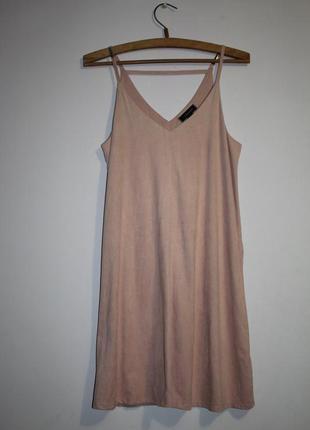 Пудровое платье в бельевом стиле под замшу на бретелях