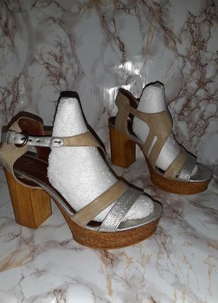 Оливковые кожаные босоножки с серебристыми вставками на толстом каблуке
