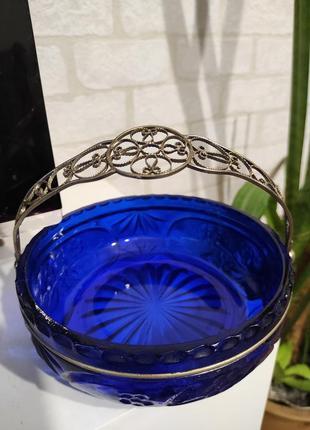 Конфетница, ваза с ажурной, металлической ручкой из цветного стекла. ссср