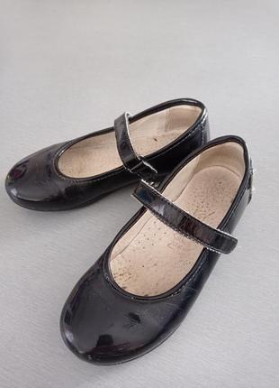 Туфельки с ремешком на липучке лак кожа