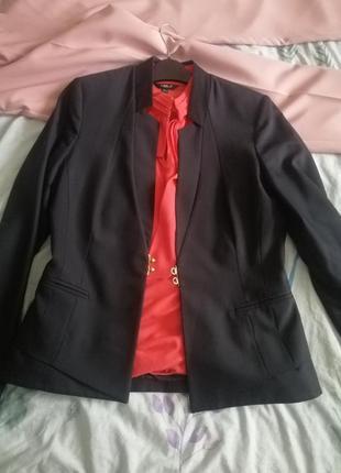 Стильный комплект элегантный пиджак и яркая блуза