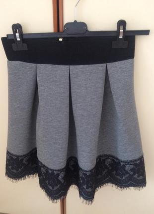 Стильна юбка з мереживом.