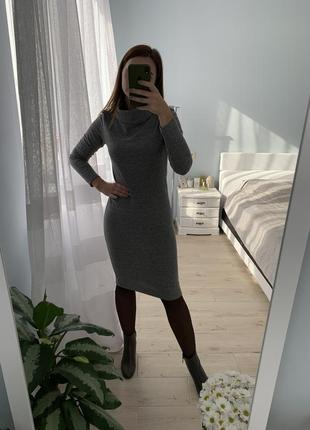 Мягкое платье-миди с воротником