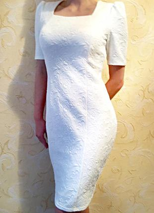 Платье  белого цвета с узорами до колен футляр по фигуре с объёмными плечами