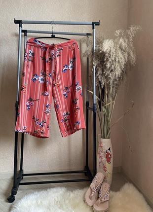Коралловые розовые кюлоты штаны в цветы с пояском