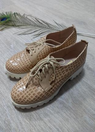 Летние весенние бежевые туфли на тракторной платформе лаковые