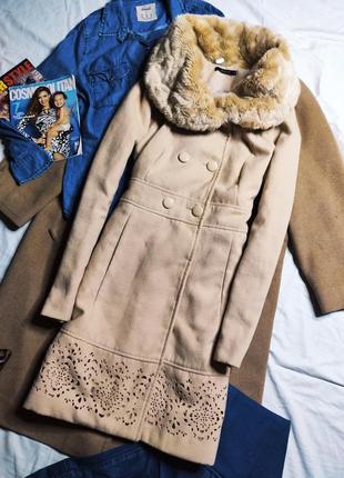 Mohito пальто бежевое по фигуре прямое с мехом на пуговицах с карманами