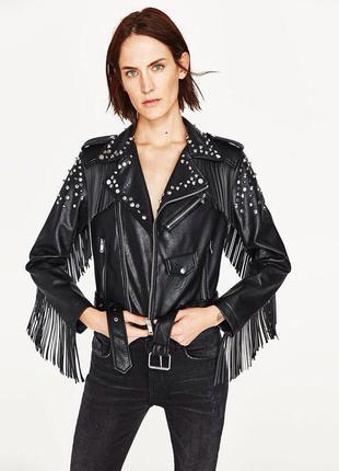 Бомбическая куртка косуха с бахромой zara, черного цвета, размер xs