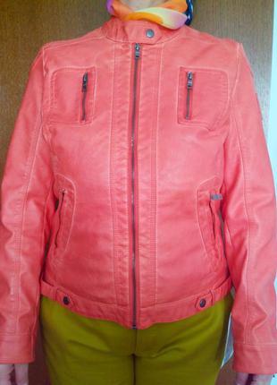 Куртка коралового цвета из искусственной кожи.
