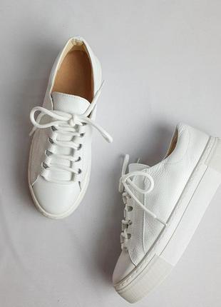 Кожаные кроссовки женские белые