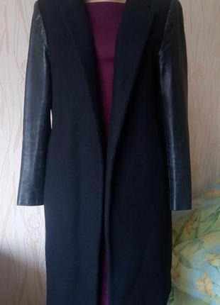Стильное пальто-бойфренд с кожаными рукавами zara.