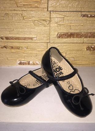 Красивейшие , стильные лаковые туфли на девочку