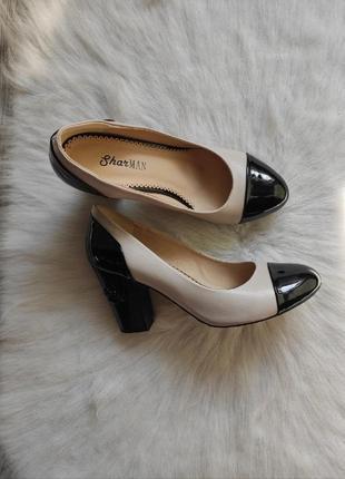Бежевые черные двухцветные кожаные натуральные туфли лодочки низком среднем широком каблук