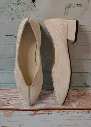 Туфли с острым носком из натуральной кожи на низком каблуке 2,5-3см