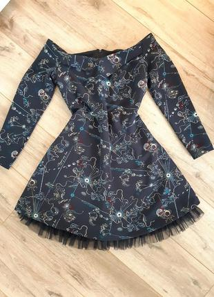 Платье на плечах