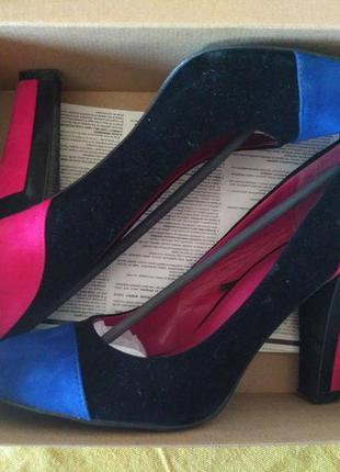 Яркие туфли из замши