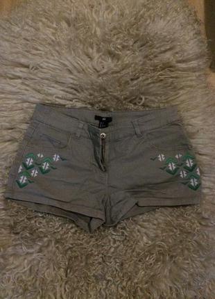 Короткие шорты с вышивкой