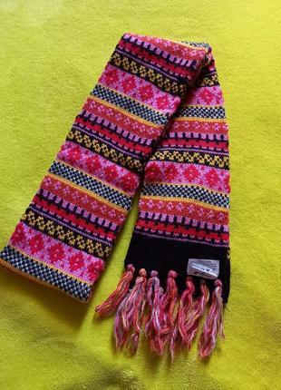 Длинный яркий шарф.