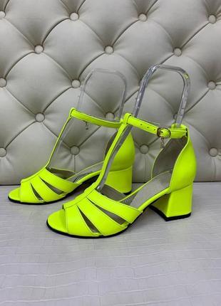Яркие кожаные неоновые  босоножки на каблуке
