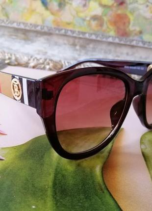 Брендовые солнцезащитные женские очки  декор на дужках