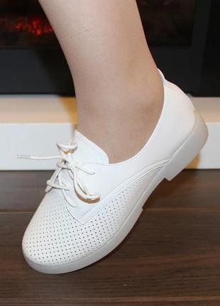 Женские белые комфортные туфли на шнуровке с перфорацией низкий каблук