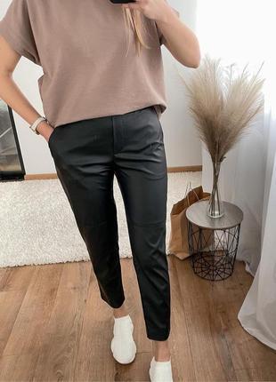 Трендовые штаны из экокожи