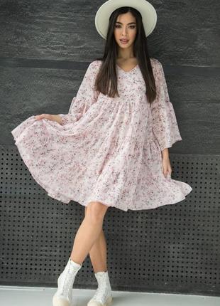 Шифоновое розовое платье с рюшами в цветочек