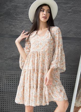 Шифоновое персиковое платье с рюшами в цветочек