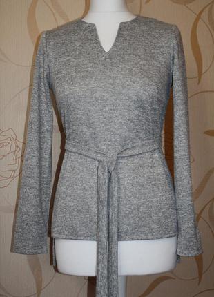 Трикотажная блузка с удлиненной спинкой.