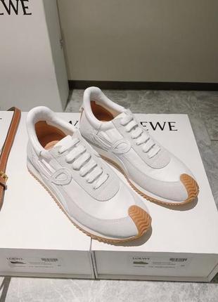 Белые женские кожаные кроссовки loewe flow со вставками нашивка сбоку кеды на шнуровке