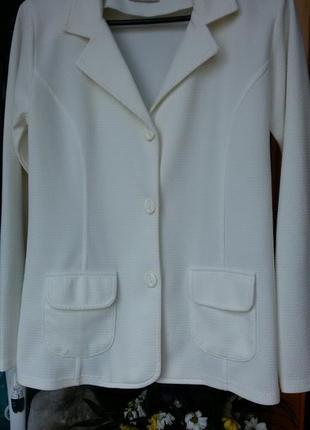 Белый пиджак ровного кроя