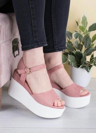 Бело-розовые босоножки на платформе