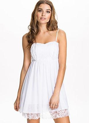 Белое шифоновое платье с кружевом