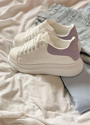 Белые кроссовки c лиловым задником
