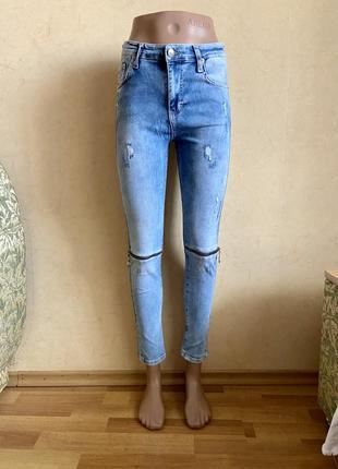 Стильные джинсы скины женские с замками на коленах
