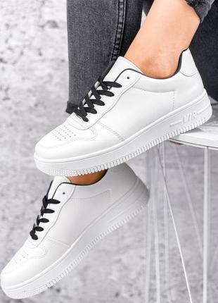 Белые кроссовки с черными шнурками