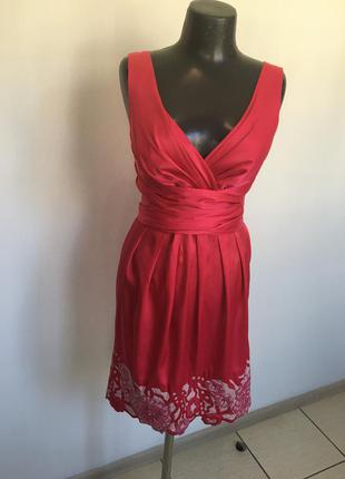 Коротке атласне плаття незвичайно гарного кольору.