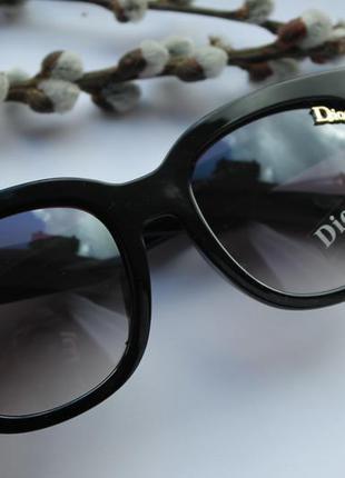 Красивые солнцезащитные очки, черные (с маленькой царапиной на стекле), дешево!! новые