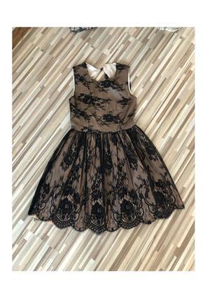 Вечернее платье кофейного цвета с чёрным гипюром и открытой спиной