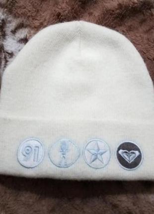 Белая шапка с отворотом и вышивкой quiksilver(оригинал унисекс)