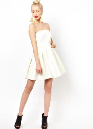 Жатое платье бандо с рюшами воланами белое летнее вечернее коктельное